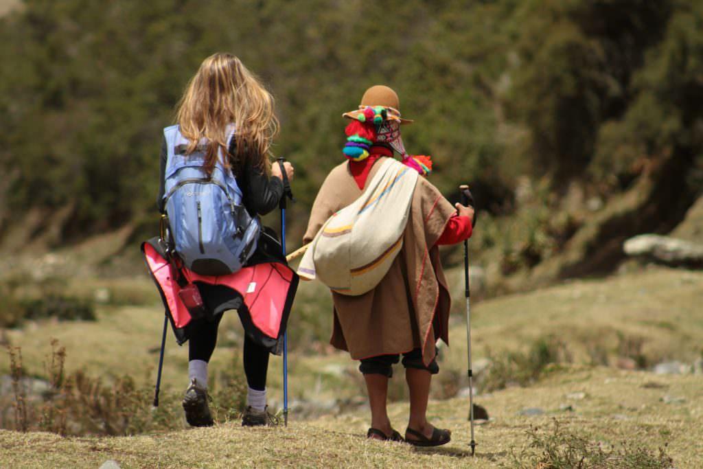 home-peru-cusco-turista-peruana-caminando-espanol
